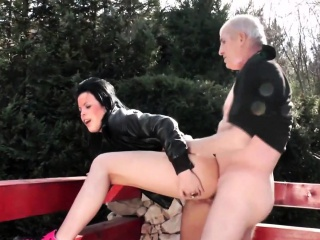 This hot babe does her mature lover in the sun