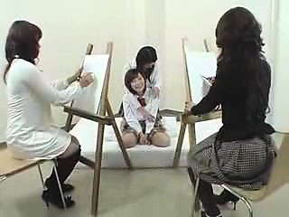 les adolescents japonais ravissent leurs vêtements et révèlent les
