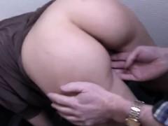 Видео на телефон с вагинальным расширителем.