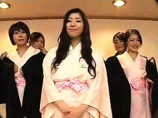 a mulher japonesa sexy obtém seu castor peludo lambeu, tocou um