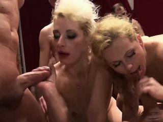 Молоденькую жену трахают друзья мужа смотреть порно
