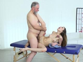 Женщина учит лизать мальчика