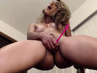 magnificent brunette camgirl masturbating and squirting