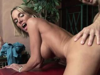 Порно групповуха с блондинкой звездой