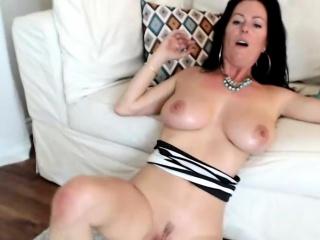 luxury big boobs camslut wants to taste your cum