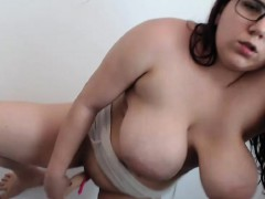 Beauty Curvy Camwhore Shows Off With Her Wet Twat