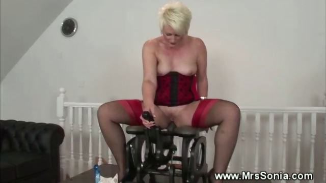 Porno Video of Mature Lady Inserted By Fucking Machine