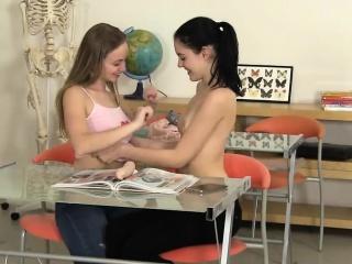 Порно видео напоила сестру лесби
