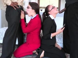 Девушке срут на лицо