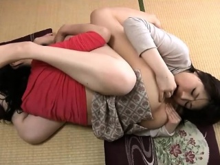 Молодые лесбиянки в троем с игрушками порно