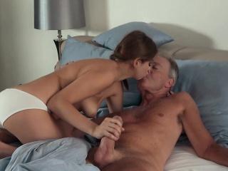 Милашка вся в сперме смотреть порно