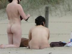 hommes et  femmes font une partouze sur une plage.