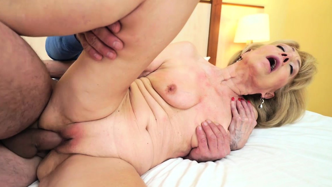 Szuzanne Getting Her Old Pussy Banged Deep By Leslie Taylor