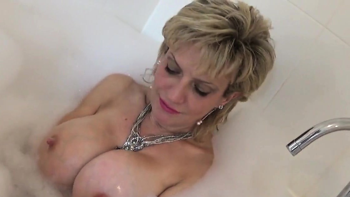 Unfaithful United Kingdom Mature Lady Sonia Exposes Her Heavy Boobies15G