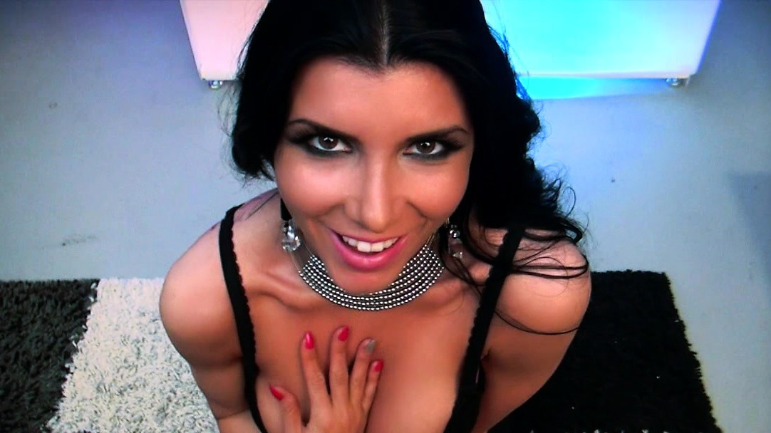 Romi Rain - Crowd The Garganta