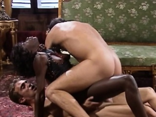 Красивый секс втроем крупным планом