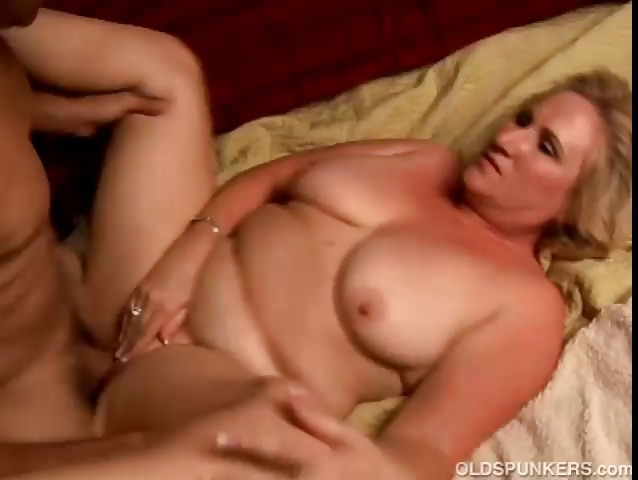 Porno Video of Sexy Cougar Loves To Give A Sloppy Rimjob