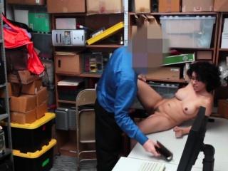 Зрелую брюнетку трахают в жопу смотреть порно