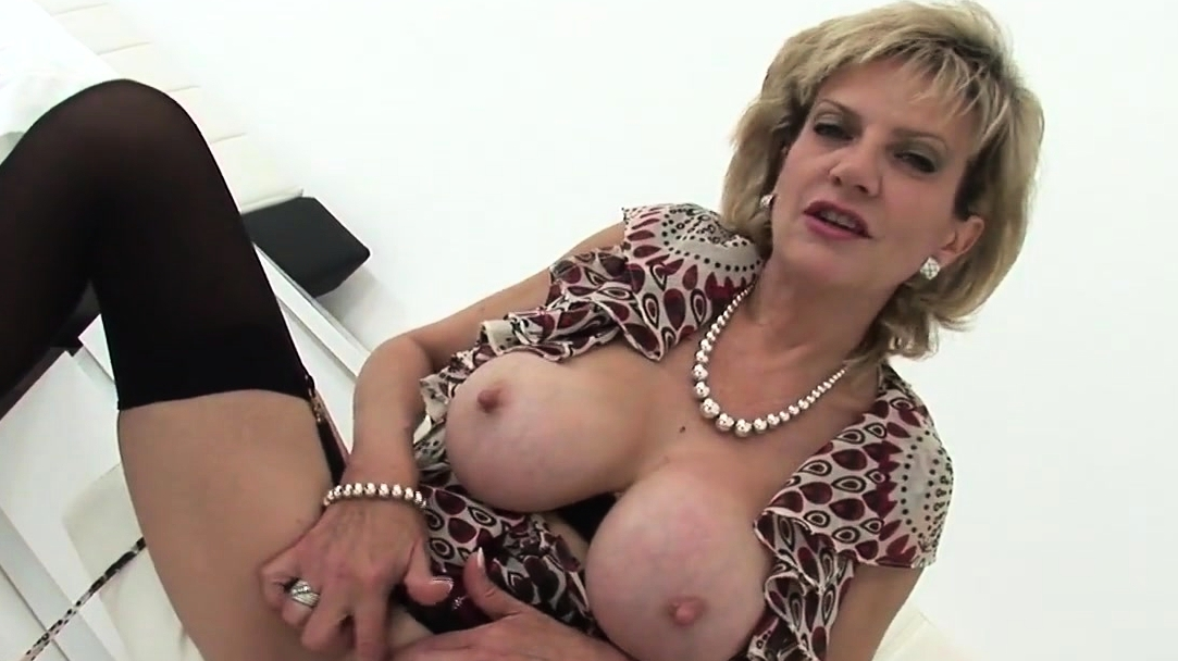 Unfaithful English Milf Lady Sonia Shows Her Heavy Screaming