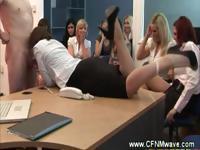 Одетые секретарь получает ее лицо spunked