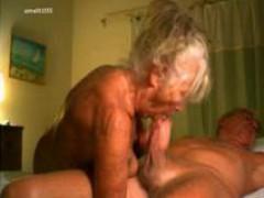 Старая бабка отсасывает член своему старому деду частное видео