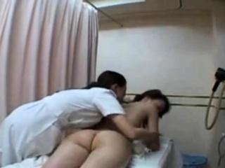 Порно девушка девушка трахает массаж