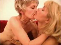 Мама с подружкой занимаются сексом