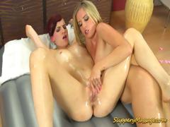 лесбиянки играют друг с дружкой