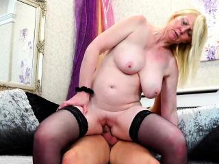 Порно раздвинула ноги в чулки пизда