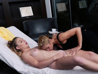 Порно блондинка разговаривает по телефону
