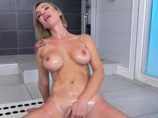 Секс скрытая камера в душе кабинке