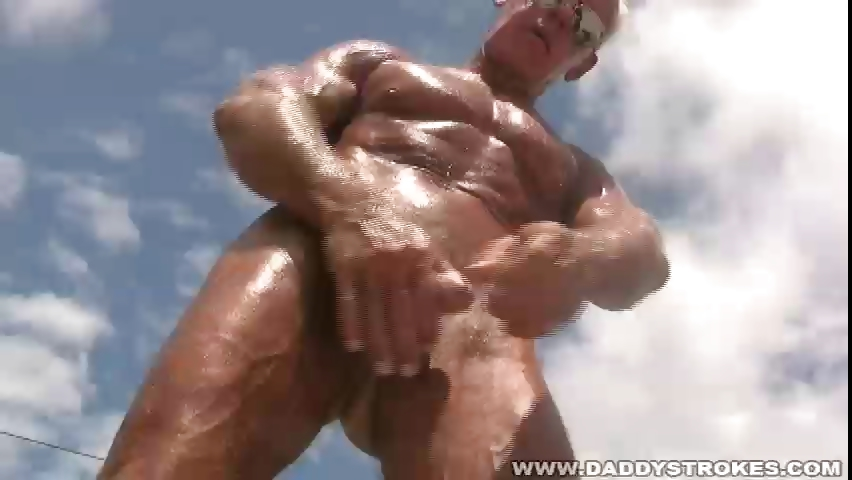 Porno Video of Muscle Daddy Jerking In Hot Tub