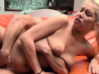 Чешский массажист порно кончил в рот