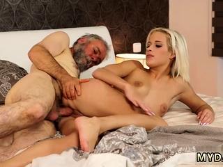 Смотреть онлайн порно целки в душе рвут