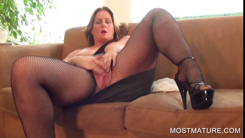 Porno Video of Busty Mature Pleasing Twat On Couch
