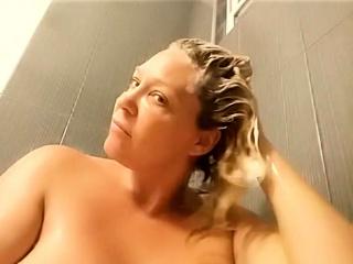 Секс с маминой подругой в душе