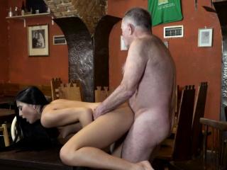Чешское порно в баре симпатичную брюнетку