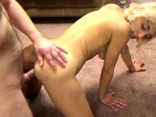 Молодая блондинка вызвала волшебника порно