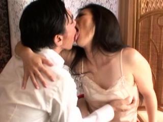 Порно кончают на животик и красивым азиаткам