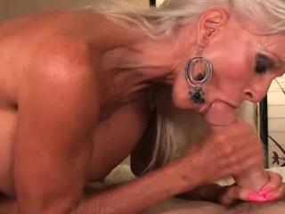 Мужик в костюме доктора трахает блондинку