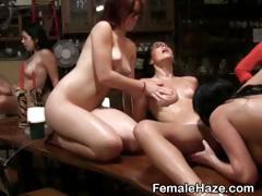 Лизбиянки лижут дуг другу попки
