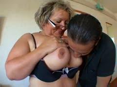 Большая грудь зрелой мамки