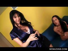 Смотреть порно групповой секс в ванной лезбиянки