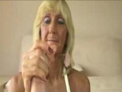 Старая блондинка дрочит член