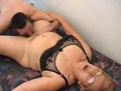 Сынок лижет старую пизду матери