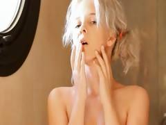 симпотичная блондинка занимается сексом видео