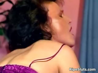 Horny mature slut gets wet pussy fucked part2