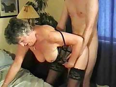 Внучёк трахает бабулю доводя её до оргазма