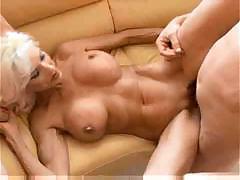Секс со зрелой блондинкой с силиконовыми грудями