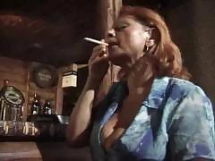 Старая барменша трахается с посетителем бара